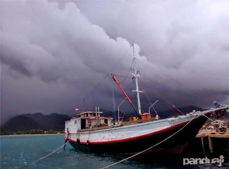 kapal di pelabuhan bawean