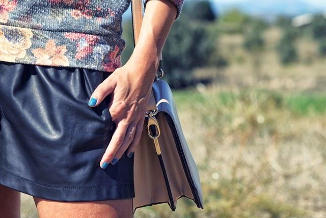 shorts_de_cuero-sudadera_de_flores