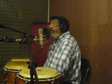 Rubén Rada grabando en Casa Frida Estudio