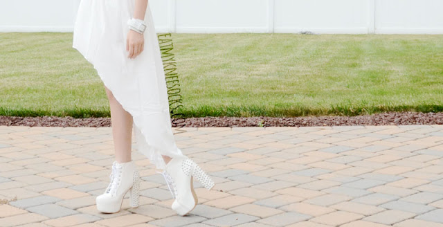 A stunning white summer OOTD, with the white asymmetric-hem dress from WalkTrendy, along with edgy grunge white platform spiked booties.