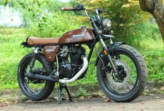otoasia.net - Tampilan motor klasik masih terus menjadi pilihan tersendiri dikalangan bikers hingga modifikator Indonesia. Mulai dari motor lawas hingga keluaran terbaru tidak sedikit direstorasi hingga beraliran retro.