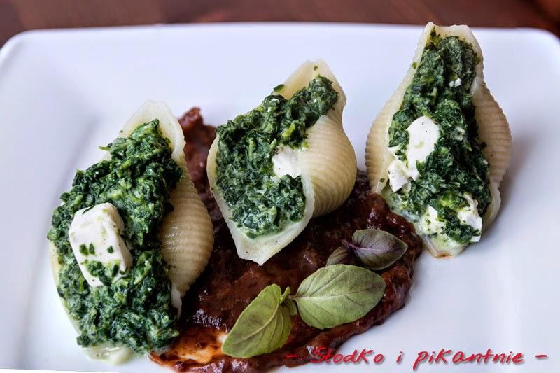 Makaronowe łódki ze szpinakiem i sosem rabarbarowo-śliwkowym