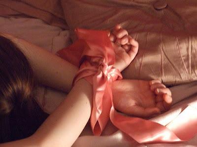 submissão da mulher como forma de prazer sexual feminino bondage fetiche por algemas cordas e fitas