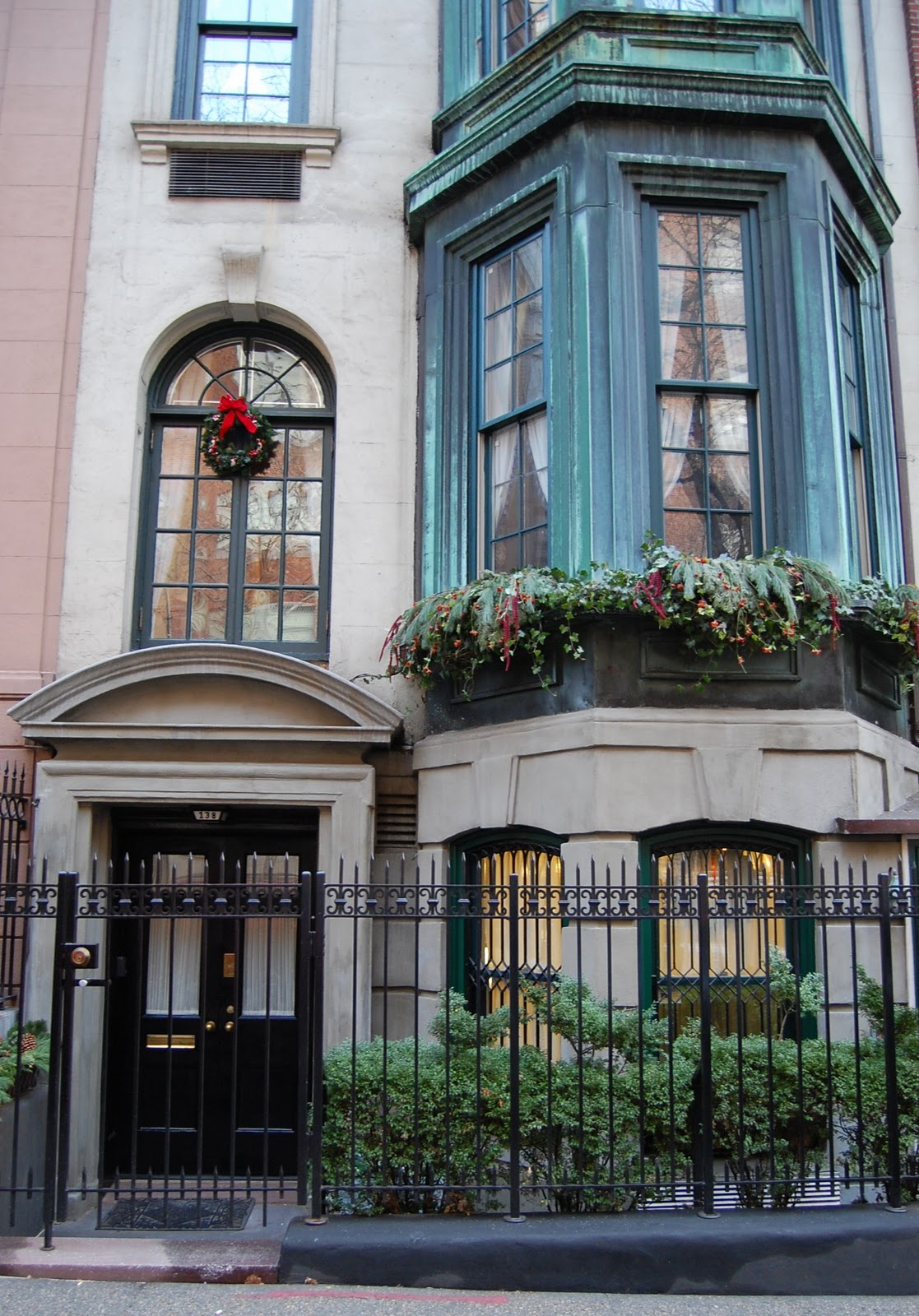 Ooh la frou frou it 39 s christmas time in the city for Upper east side townhouses