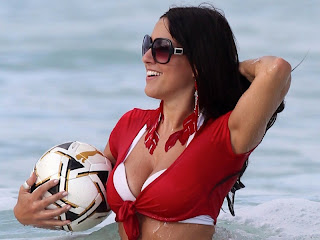claudia-romani-and-soccer-ball-at-the-beach-05