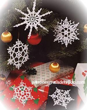 decorar abeto navidad con cristales de nieve hechos de ganchillo