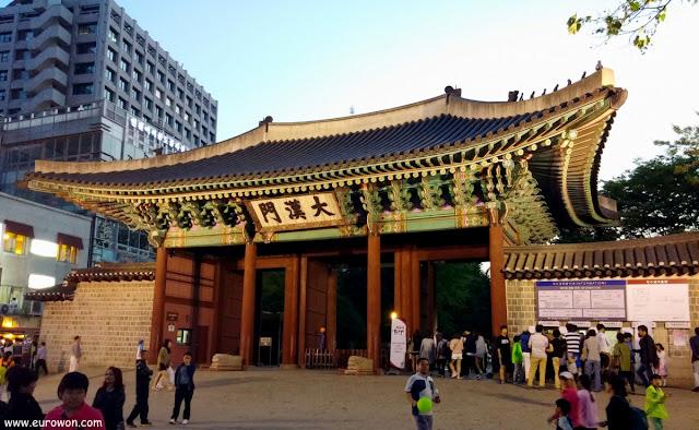 Puerta de entrada al palacio Deoksugung