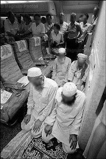 Subbhanallaah ...Penampakan Sholat Dari Belahan Dunia