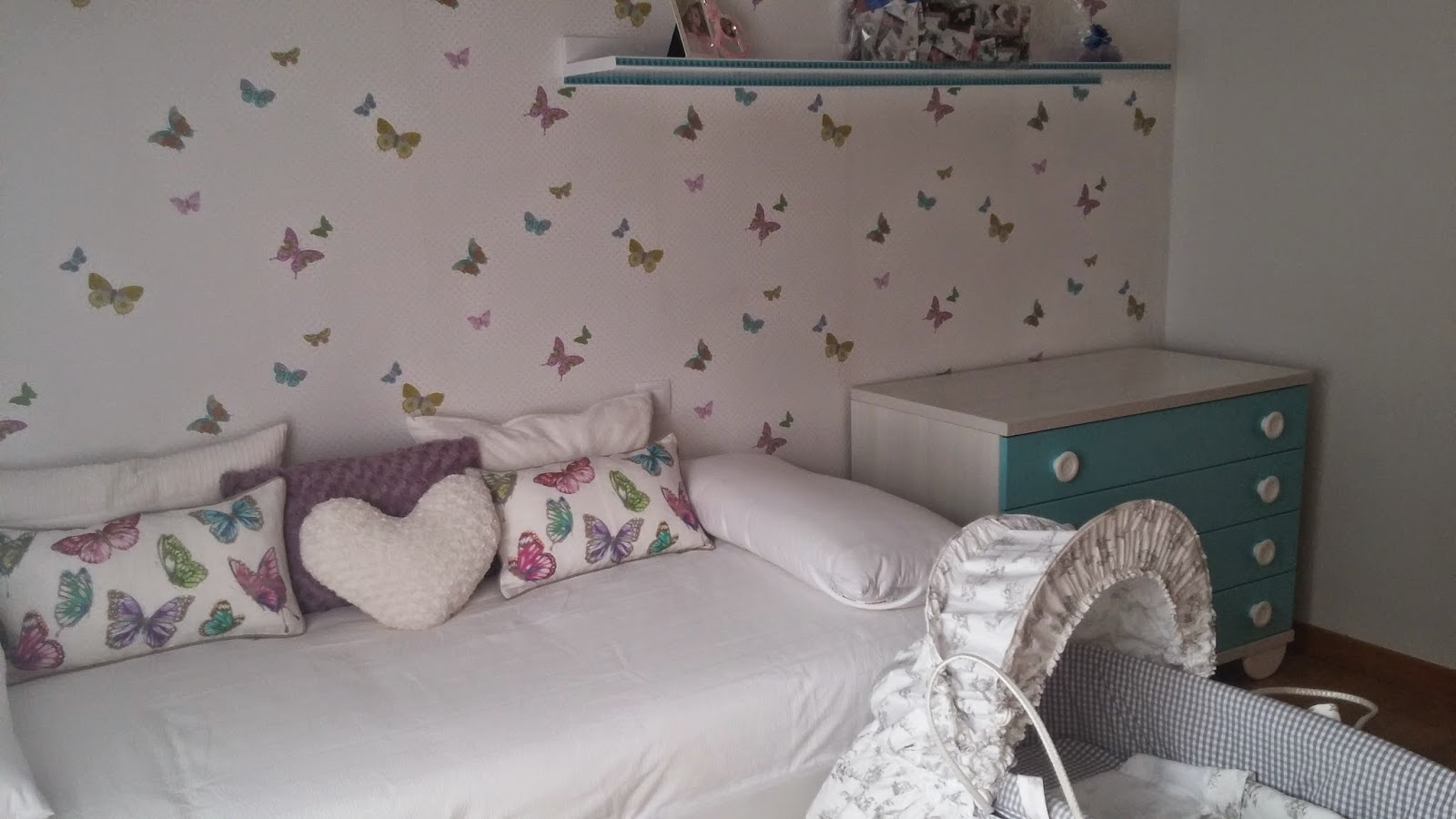 Habitación infantil papel mariposas