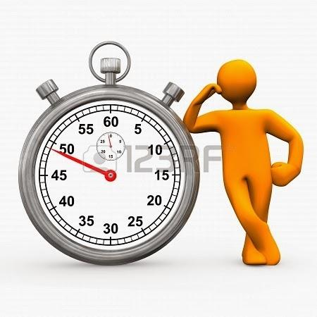 Muñeco apoyado en un cronómetro esperando el paso del tiempo