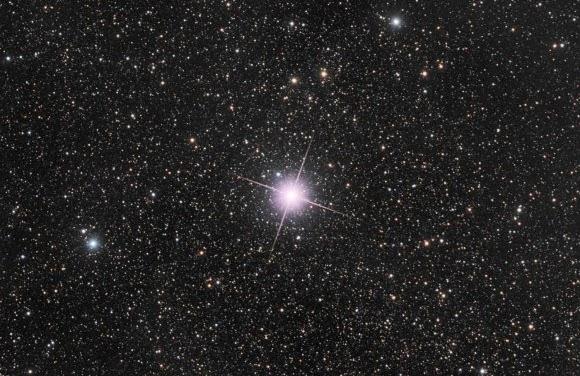 Nova Centauri 2013 Berubah Warna Menjadi Merah Jambu