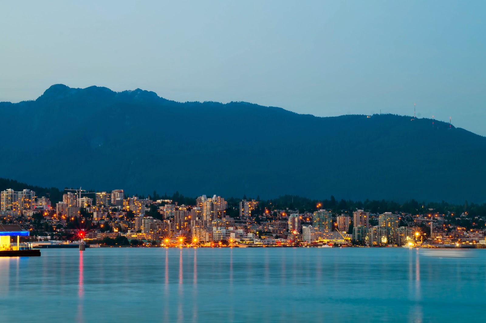 Зажглись огни и в Северном Ванкувере на другой стороне залива.