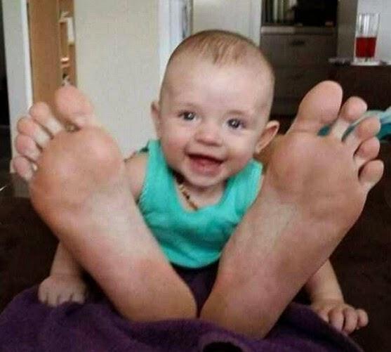 foto lucu kaki bayi yang sangat besar