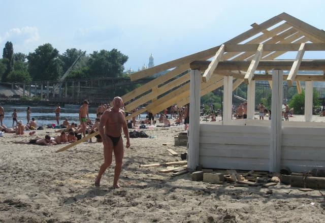 осторожно, гвозди на пляже