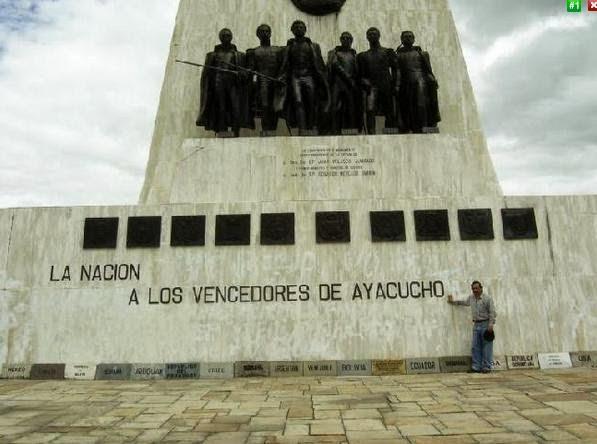 En el Obelisco en la Pampa de la Quinua - Ayacuho - Perú