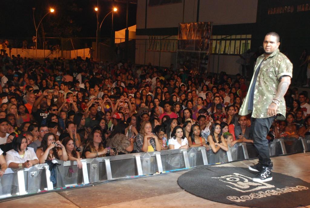 Cantor Rodriguinho posa durante o show de segunda-feira, 11, em Bonsucesso