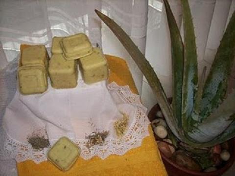 Este jabón cosmético contiene hierbas medicinales