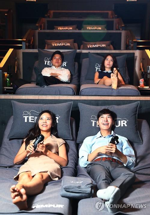 Parejas coreanas en un cinecama de Seúl