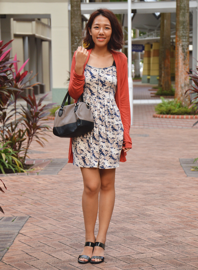 orange loose cardigan, uniqlo vena cava blue dress, black wedges, black grey bag