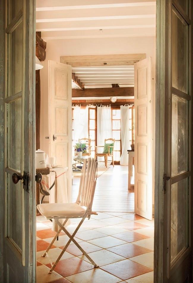 wnętrza, styl rustykalny, styl wiejski, kamienna ściana, stare meble, antyki, drewniane belki, białe wnętrza, kuchnia