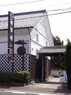 春鶯囀/ 萬屋酒造店の入り口