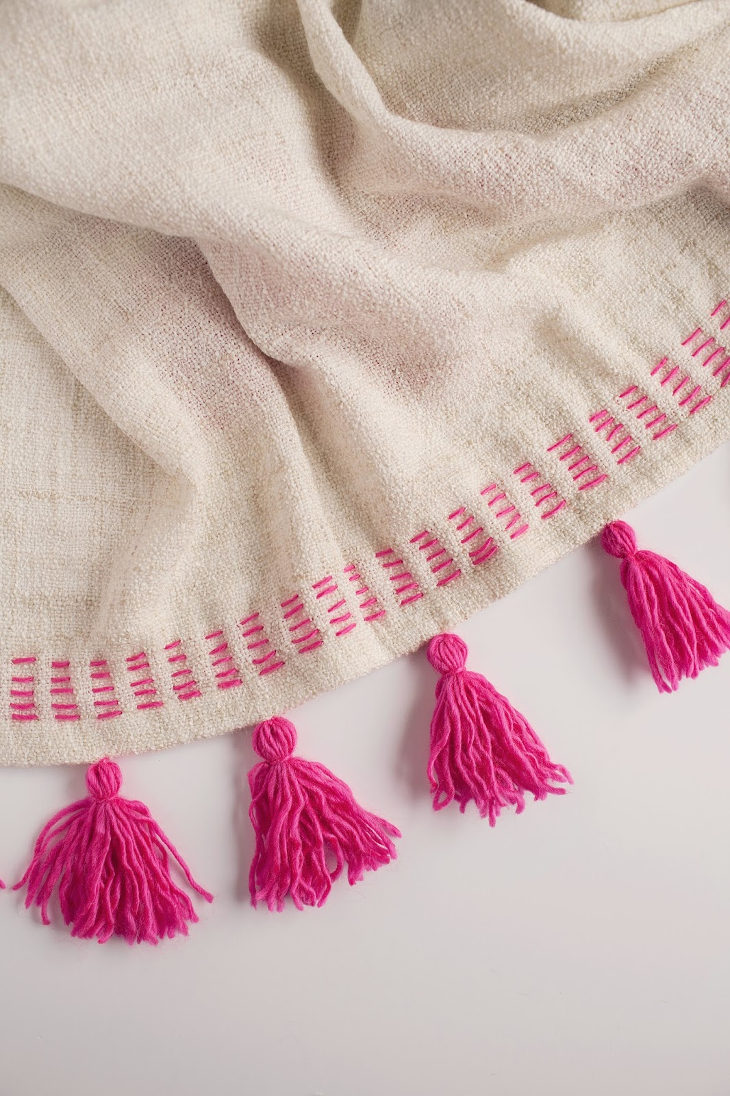 Tell diy tassel blanket tell love and partytell love - Quoi faire avec des pompons ...