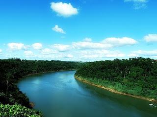 Rio Paraná, entre Puerto Iguazú (Argentina) e Foz do Iguaçu (Brasil).