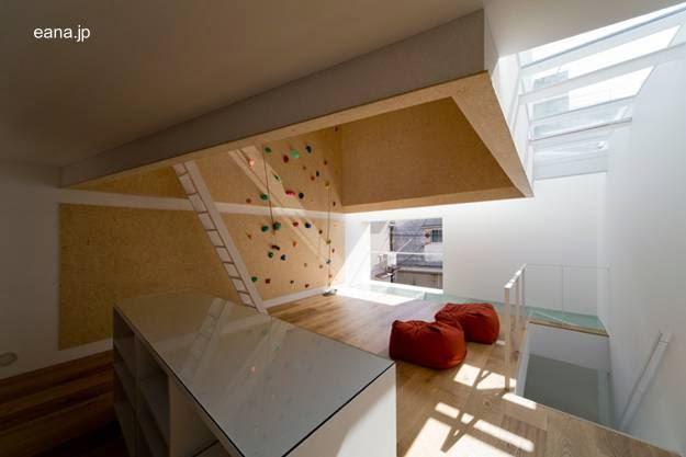 Planta alta de casa urbana japonesa minimalista