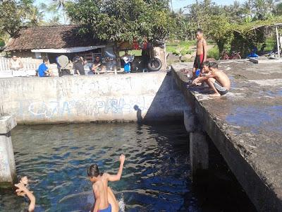 Berenang pagi hari di Sendang