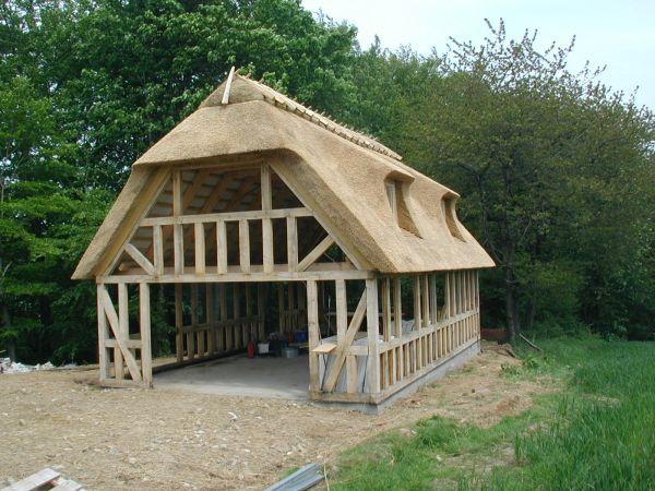 Genbrugs arkitektur..... stråtægt bindingsværks hus!