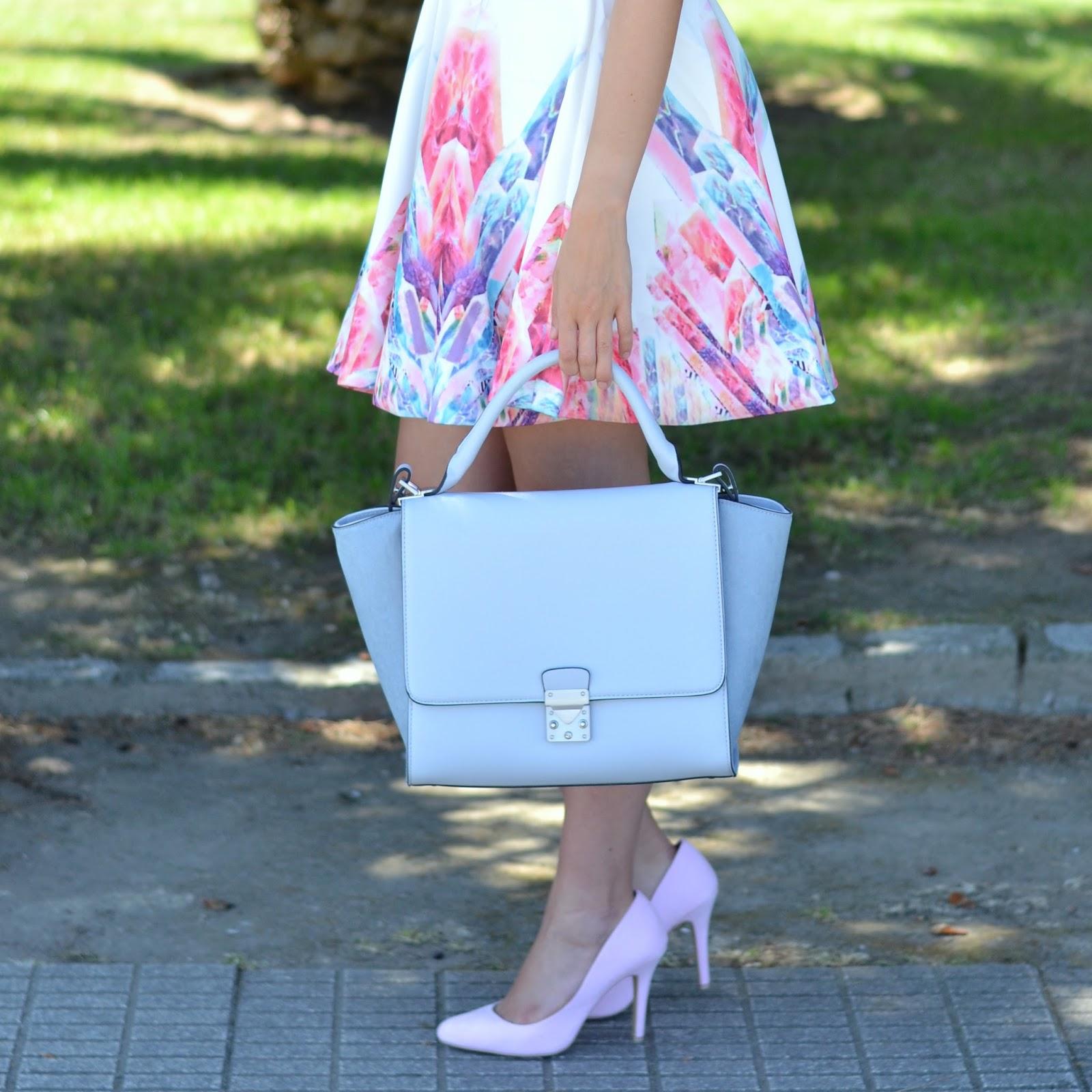 combinar zapatos rosas pastel y bolso azul bebé