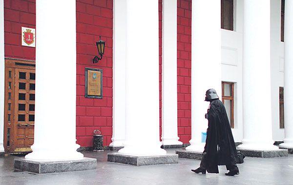 SEORANG lelaki memakai kostum Darth Vader berjalan masuk ke bangunan dewan bandar raya Odessa, Ukraine pada Isnin lalu