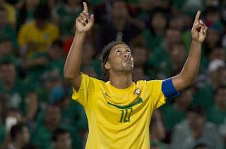 De la mano de Ronaldinho Brasil derrotó a México