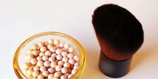 brocha kabuki y perlas de maquillaje