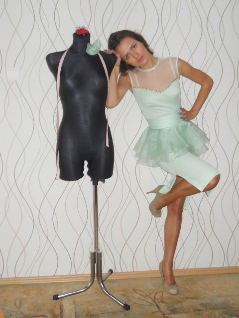 miętowa sukienka z baskinką by charme e chique