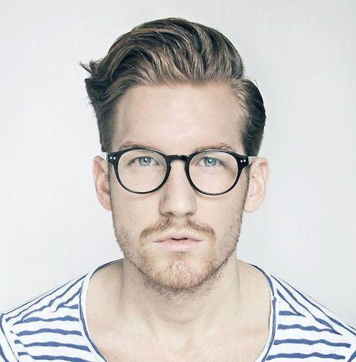 6ae0f5d9d0ce9 Homens com esse tipo de rosto tem mais facilidade para comprar um óculos,  já que seu formato combina com a maioria dos tipos de óculos.
