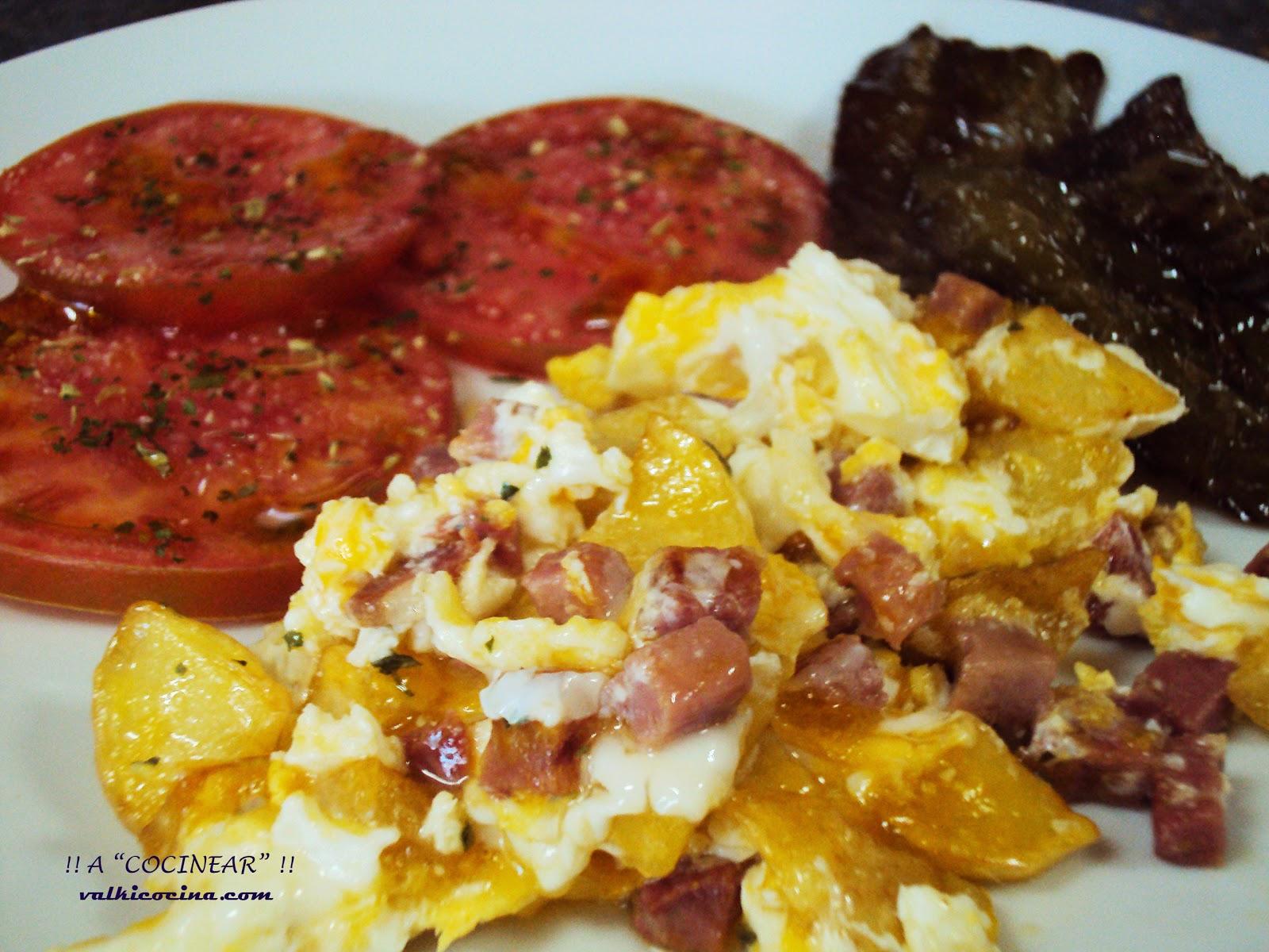 Huevos revueltos con patatas y jamón