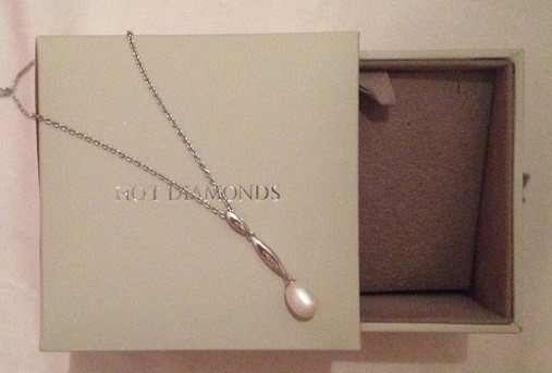 Hot diamonds pearl necklace