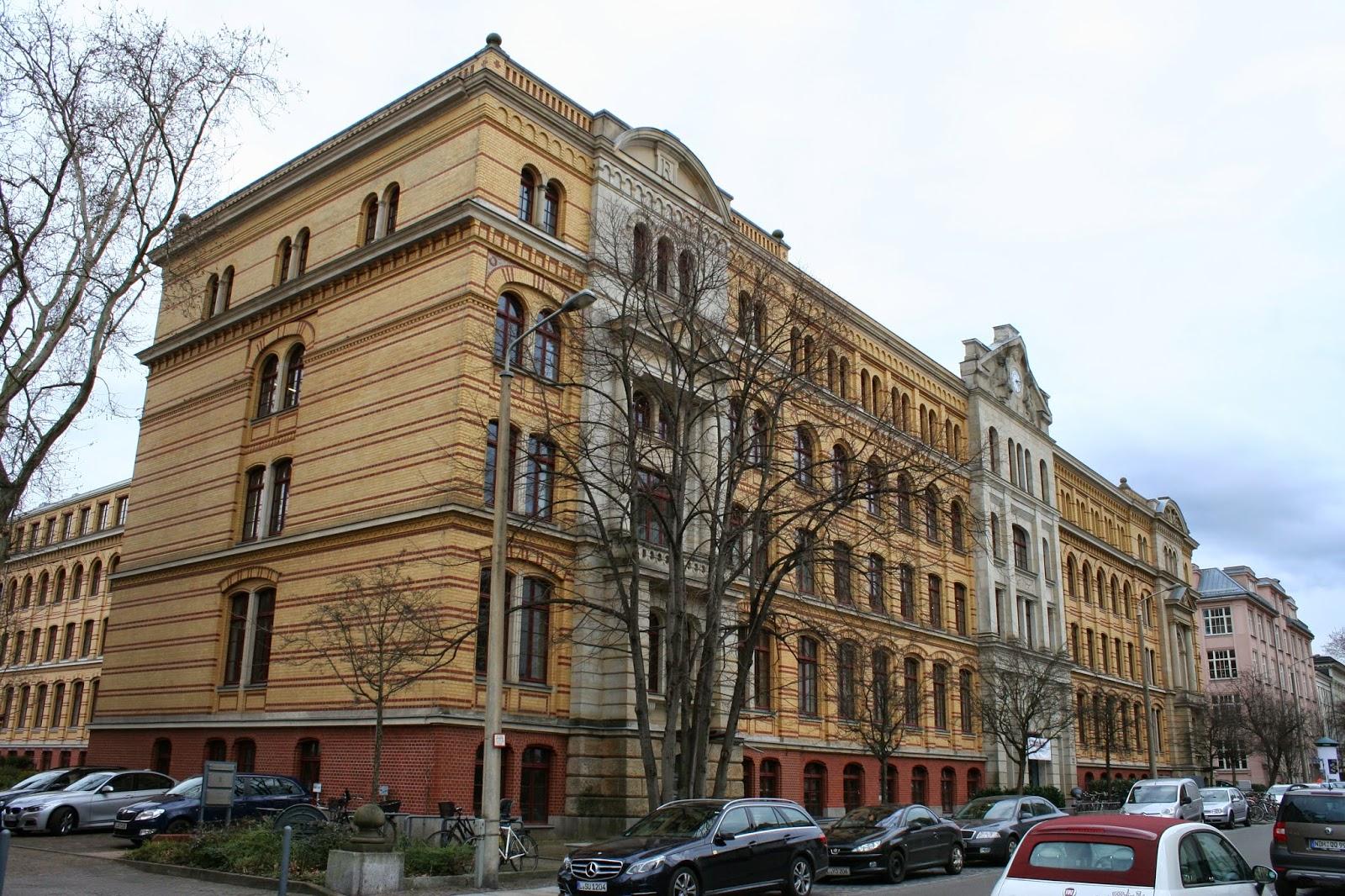 Aktuell ist neben anderen Firmen auch das Max-Planck Institut für Mathematik im Gebäude beheimatet