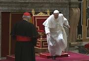 Acontecimientos del Papa Francisco: El Papa se pone una pulsera que le ha . slide free
