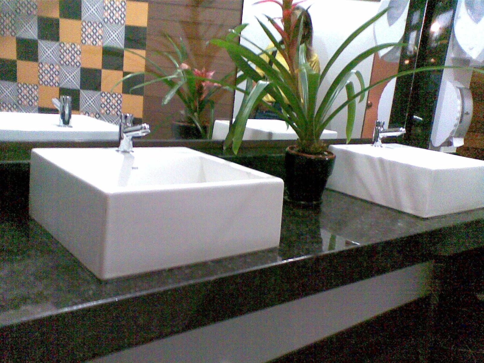 Os banheiros receberam detalhes especiais com cubas de sobrepor  #8B6240 1600 1200