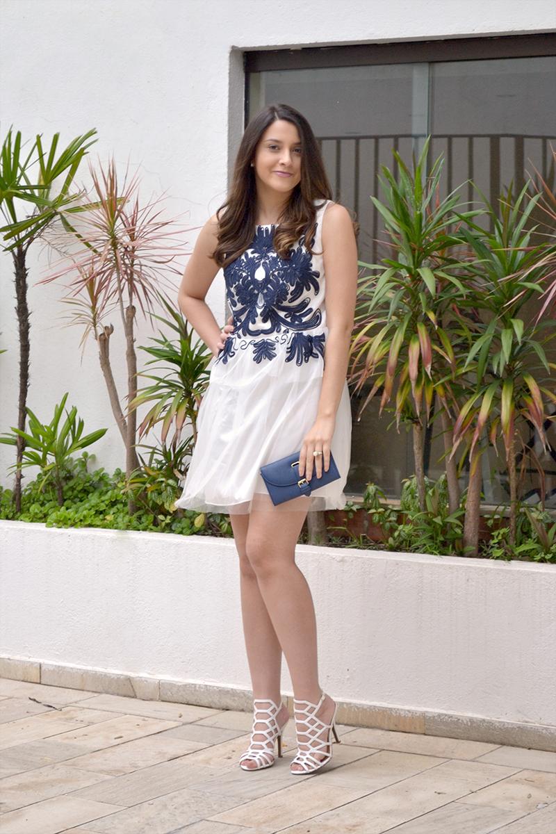 Vestido branco com sandalia azul
