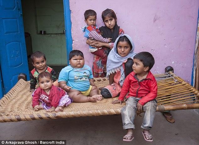 أطفال الحي مع أضخم طفلة