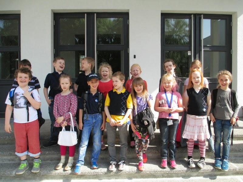 Koolimaja ees