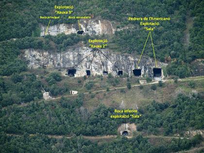 """Les explotacions """"Xauxa"""" i """"Sala"""" de les mines de granit de Gualba. Veiem a dalt de tot les boques de l'explotació """"Xauxa-3"""" (la més gran és la de l'esquerra, però queda una mica tapada), i a sota les quatre boques de """"Xauxa-2"""". En el marge dret apareixen les dues boques de l'explotació """"Sala"""" o """"Pedrera de l'Americano"""""""
