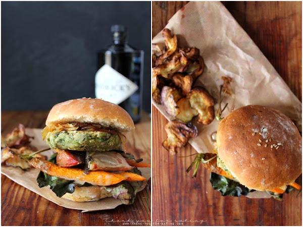 Veganer Burger mit dicke Bohnen Patty, Ofengemüse, Süßkartoffelbuns und Rote Beete Chips