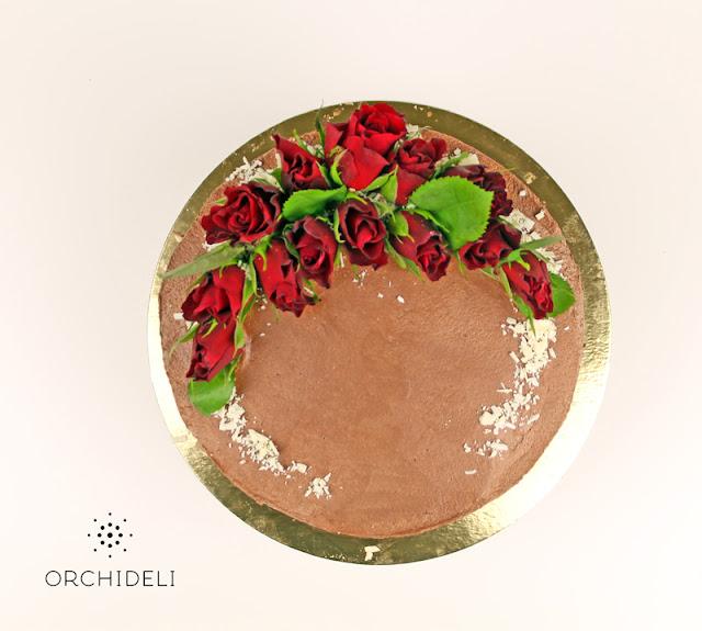 tort czekoladowy bez lukru z kwiatami