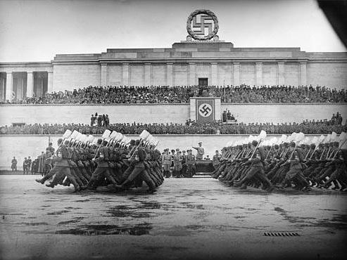 Parade+des+Reichsarbeitsdienstes+auf+dem+Zeppelin-Feld+in+N%C3%BCrnberg%2C+7.9.1938+%28Bild+AP+Archiv%29.jpg