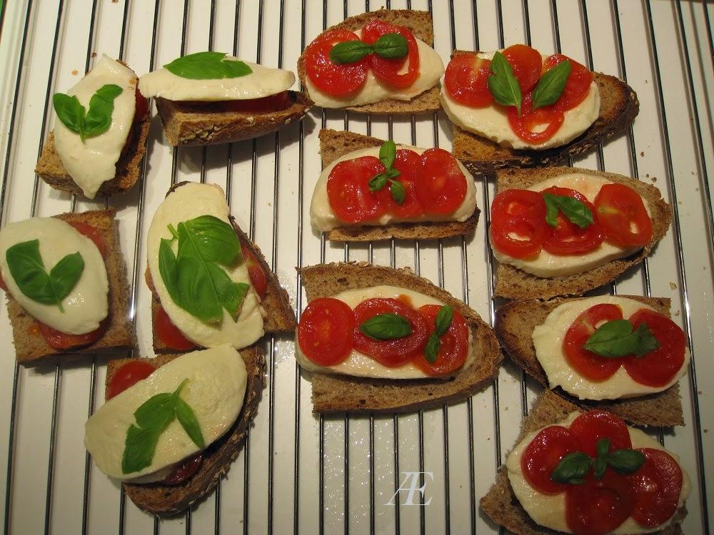 surdejsbrød med mozzarella og tomat, ubagt, lækker, nem opskrift, brunch, frokost, forret,
