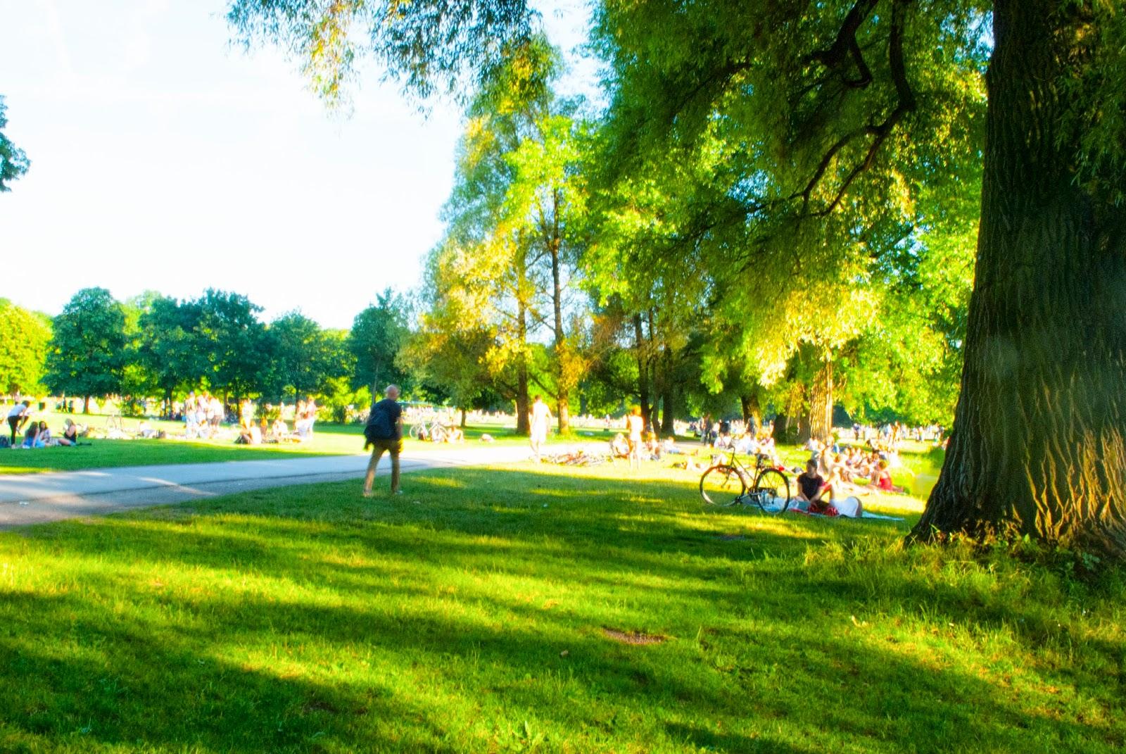 Sommer dahoam: Baden in der Stadt Eisbach München Minga Munich Englischer Garten Hupsis Serendipity Sommer Lifestyle